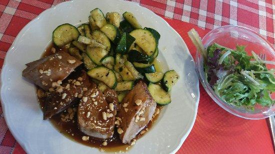 Oullins, ฝรั่งเศส: Filet mignon de cochon et sauce aigre doux maison. Le tout agrémenté de courgettes croquantes et