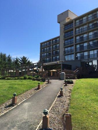 BEST WESTERN Agate Beach Inn: Outside of hotel beachside