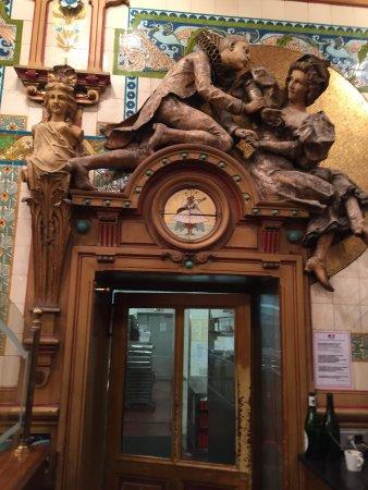 La Cigale: Enchanting brasserie, fruits de mer delicious, rest of disches not so impressive