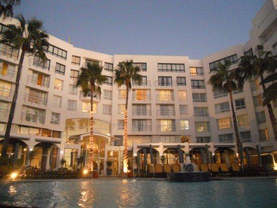 Bantry Bay, جنوب أفريقيا: Hotel pool at sunset