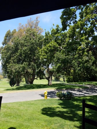 Ojai, Californien: View of golf course from outdoor patio