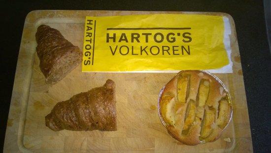 Hartog's Volkoren: Two whole-wheat rolls and an apple tart for breakfast