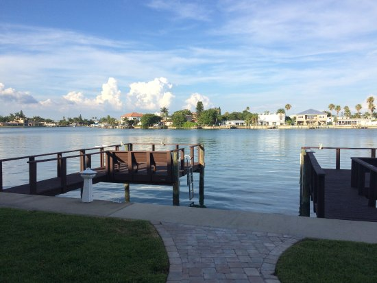 Westwinds Waterfront Resort: Beautiful view with plenty of chairs to relax in out back !!!