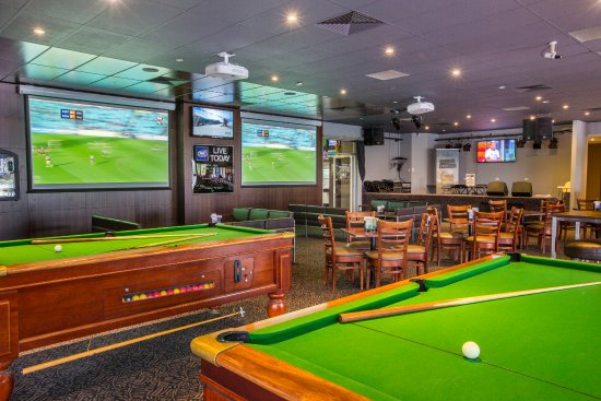 Chelsea Heights Hotel: Pool Tables In The Sports Bar