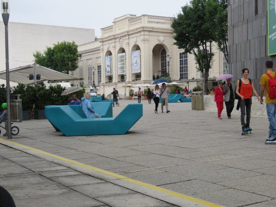 MuseumsQuartier Wien: Relaxing sofas or seats strewn around in the complex