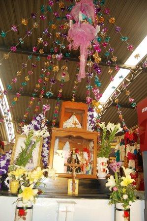 Mercado de Artesanias: El infaltable altar, siempre protector en el Mercado de Artesanías de Oaxaca