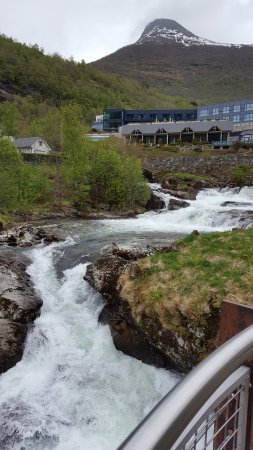 Hotel Union Geiranger: Waterfall steps from the hotel