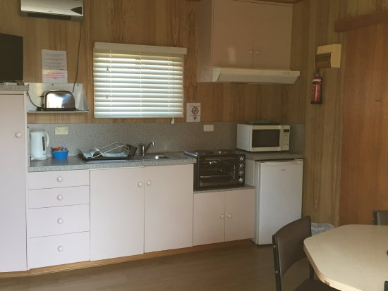 Hillcrest Tourist Park: Cabin Kitchen
