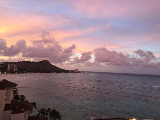 Waikiki Shore: 二回目の滞在でした。今回は三世代六人で2LDK1418でした。 とにかく、最高です!!朝、夕と日に2度の海三昧。娘たちも大喜びでした!!