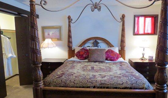 เคตเทิลฟอลส์, วอชิงตัน: The Ponderosa room has a queen 4-poster bed and en suite bathroom.