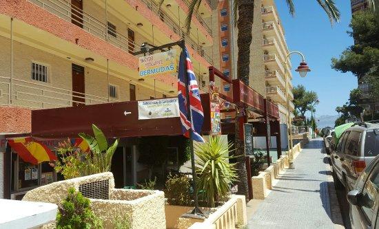 Apartahotel Bermudas: Great hotel bar.