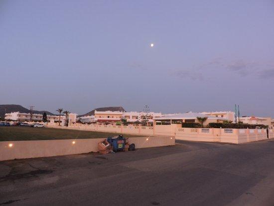 L'hôtel le matin au lever du soleil et la lune qui se couche ... on