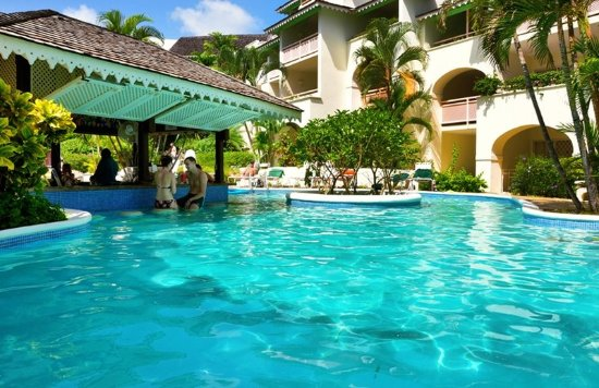 Bougainvillea Beach Resort: Swim-up Pool Bar