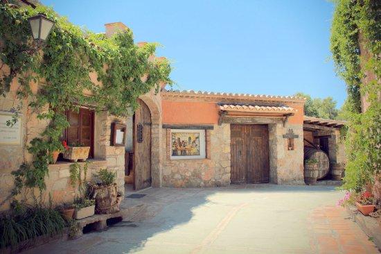 Castellfollit del Boix, España: Entrada Restaurante Cal Frare Maians