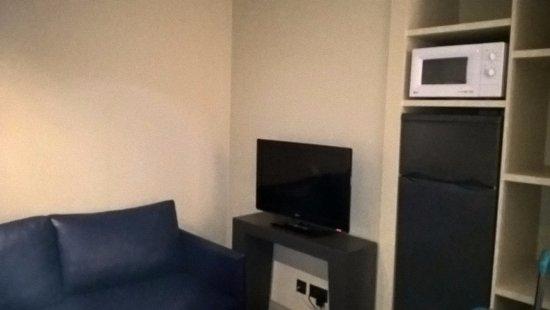 Wohnzimmer mit Kühlschrank und Mikrowelle - Bild von Savoy Calheta ...
