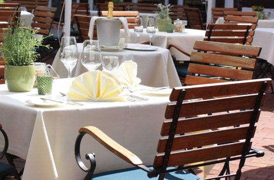 Maritim Hotel Schnitterhof: auch auf der Sonnenterrasse kann man essen.