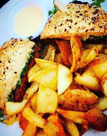 Le Comptoir de l'Arc : Burger de boeuf épicé avec pain artisanal accompagné de ses chips