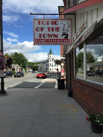 Littleton, Nueva Hampshire: At the beginning of Main Street--retro style sign