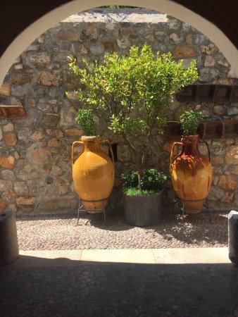 Melenos Lindos Hotel: Leading to gardens