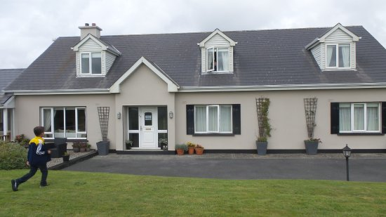 Pairc Lodge B & B: Front rooms have view of the CLiffs of Moher
