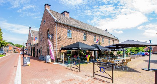 Beesel, The Netherlands: Buitenaanzicht en terras markt