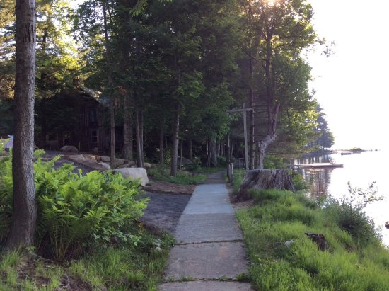 Eagle Bay, estado de Nueva York: Path along lake in front of cabins