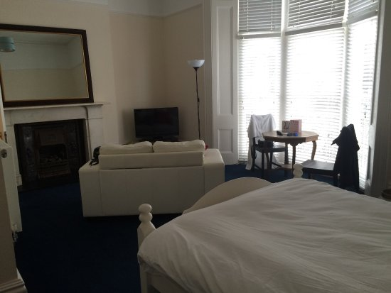 Court Craven Guest House: Room 1. Bright, spacious and airy. Sea view down the street.