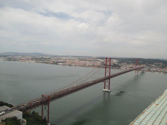 Santuario Nacional de Cristo Rei : vista do alto do miradouro do Cristo de Lisboa da ponte 25 de abril-sobre o Tejo