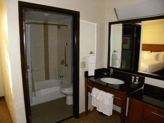Hyatt Place Dublin/Pleasanton: Bathroom and sink area
