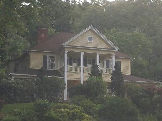 The Yellow House on Plott Creek Road照片