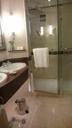 Kampala Serena Hotel: Bath