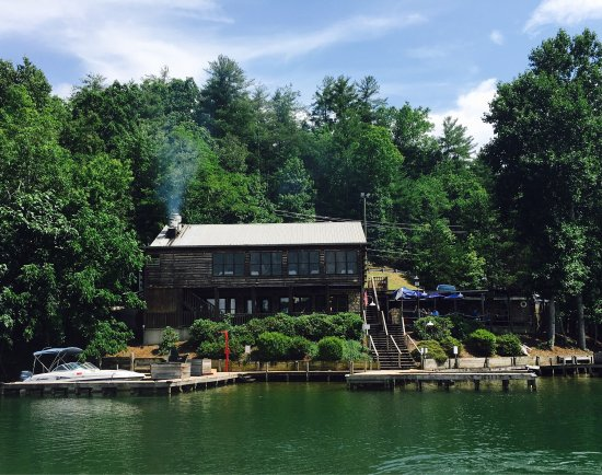 Lake Lure, North Carolina: Came here for lunch by pontoon boat. Had an awesome time!