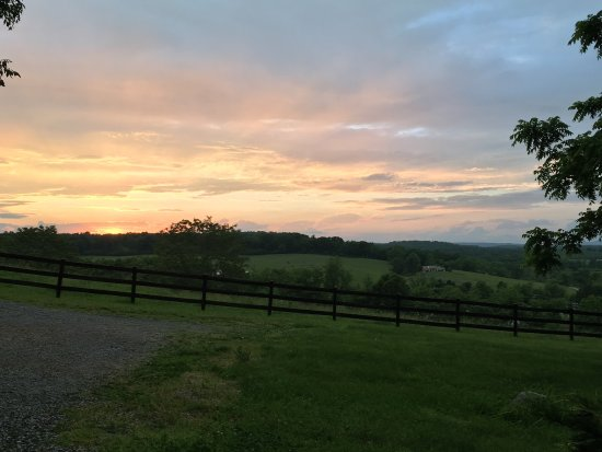 Alpine Hideaway: Beautiful sunset view from the front porch of Ivy Cottage.