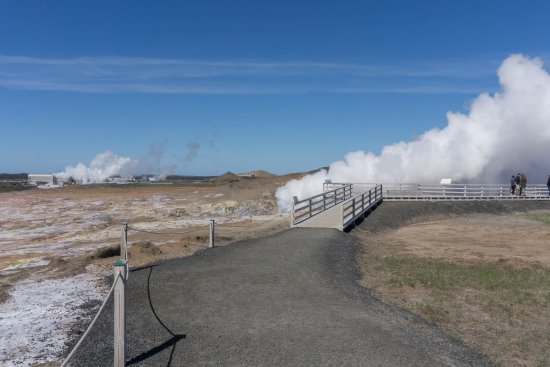Grindavík, Islandia: The boardwalk to the large steam vent.