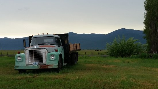 Crater Lake Bed and Breakfast: Fantastic old International Harvester flatbed pickup in front with view of ranches & mountains..