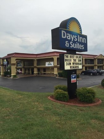Days Inn & Suites Warner Robins Near Robins AFB