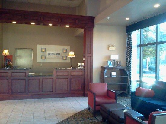 Park Inn by Radisson Williamsburg Historic: Front Desk Lobby