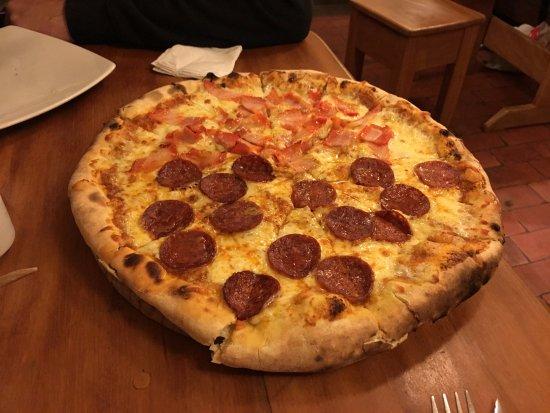 La Bodega 138 : Pizza tamanho família (45 soles), serve bem 2 pessoas.