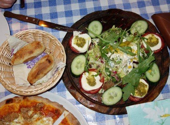 Dessau, Alemania: Caprese mal anders, das Brot ist der Hammer