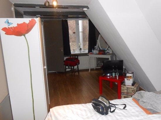 Bed and Breakfast L'Anders: A janela não tem vista, parte interna do prédio.