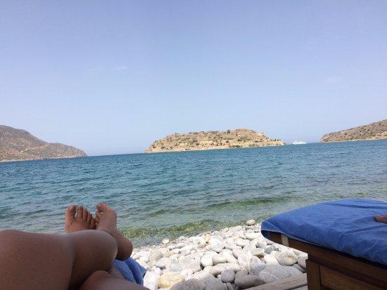 Blue Palace, a Luxury Collection Resort & Spa: Praia rochosa c/água transparente