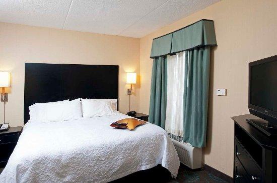 Hampton Inn Bloomington: Suite Bedroom