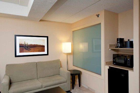 Hampton Inn Bloomington: Suites Living Area