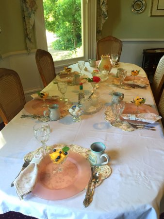 The Gables Wine Country Inn: Breakfast table