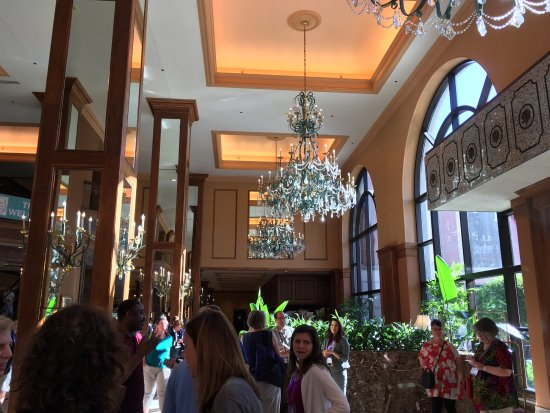 Hilton Minneapolis: The lobby can be busy at times