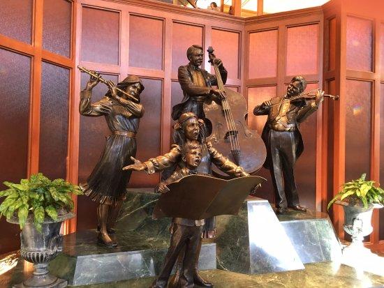 Hilton Minneapolis: Sculpture located in hotel lobby