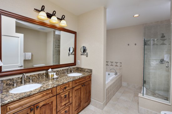 Hyatt Mountain Lodge: Updated Bathrooms with Jacuzzi Tub