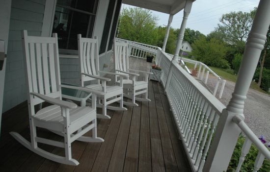 Payne's Harbor View Inn: Relaxing front porch