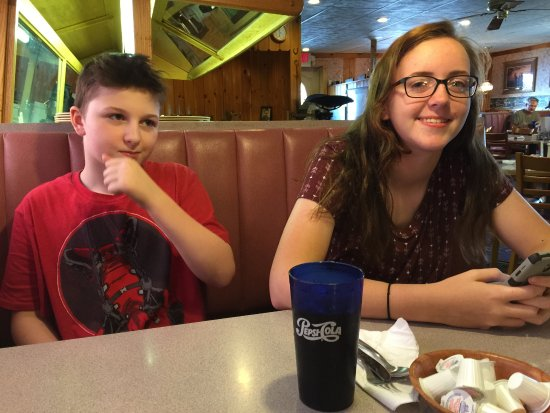 Harland's Family Style Restaurant: Waiting for our food. We were all happy with this restaurant. Very homey