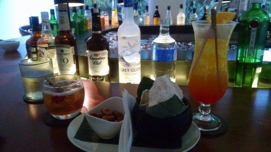โรงแรมอูมา อุบุด: drinks at bar